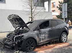 Задержание серийного поджигателя автомобилей в Праге превратилось в настоящий боевик.  Один из автомобилей, сожженных серийным поджигателем.  Фото: Policie ČR.  24 марта 2019