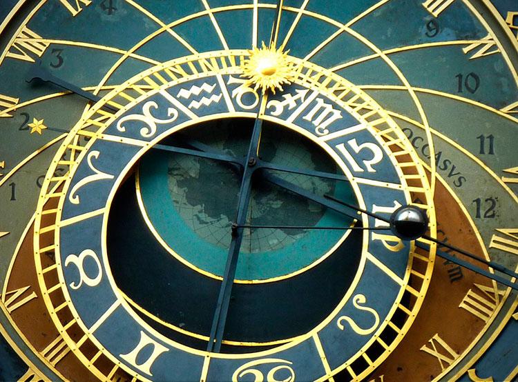 Чехия в ночь с субботы на воскресенье переходит на летнее время. Астрономические часы (орлой) на Староместской ратуше в Праге. Фото Hermann Traub from Pixabay   30 марта 2019 года