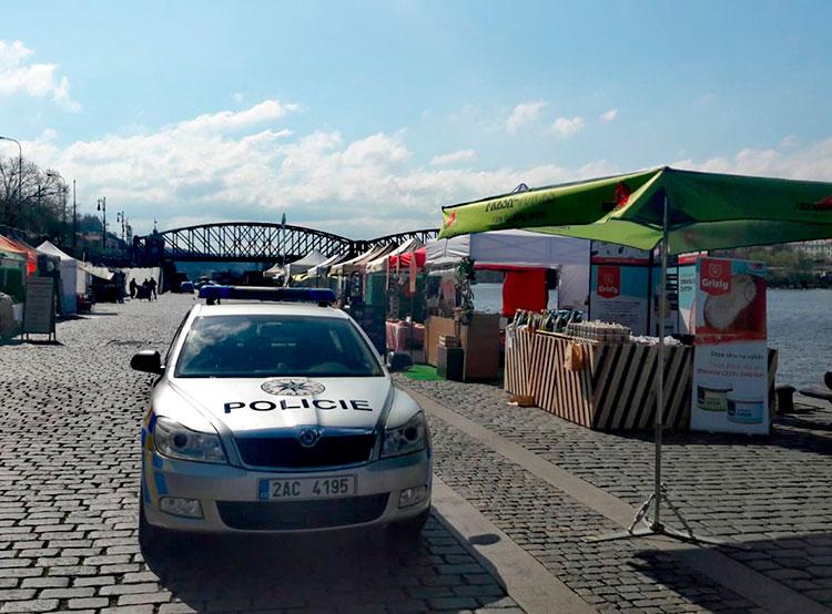 На дне Влтавы в центре Праги обнаружили гранату времен Первой мировой. Набережная в центре Праги была перекрыта  Фото: Policie ČR  7 апреля 2019 года