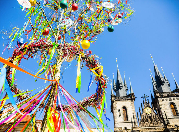 В Праге на Пасху ожидают 270 тысяч иностранных гостей. Староместская площадь украшена к Пасхе  Фото: Prague City Tourism  15 апреля 2019