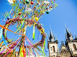 В Праге на Пасху ожидают 270 тысяч иностранных гостей.  Староместская площадь украшена к Пасхе.  Фото: Prague City Tourism.  15 апреля 2019