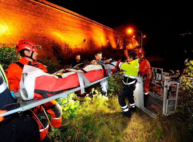 С 18-метровой стены пражского Вышеграда упал человек. Фото HZS hl. M. Prahy, odokumentace, Jan Kostik  25 апреля 2019 года
