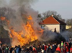 Пражские власти разрешили сжигать ведьм при любой погоде.  Сжигание ведьм в Есенице, Прага-Запад. Фото Chmee2 [CC BY 3.0 (https://creativecommons.org/licenses/by/3.0)].  27 апреля 2019