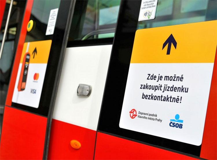 Оплатить проезд банковской картой можно во всех пражских трамваях. Во всех пражских трамваях теперь можно купить билет с помощью банковской карты. Фото пресс-службы DPP.cz  27 апреля 2019 года