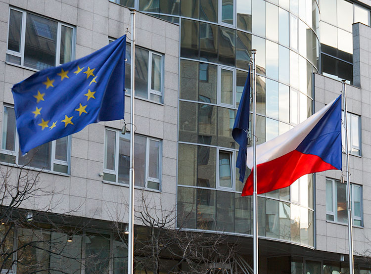 Спустя 15 лет членством в Евросоюзе довольны 37% чехов. Флаги Чехии и Евросоюза  Фото: Utro.cz  2 мая 2019 года