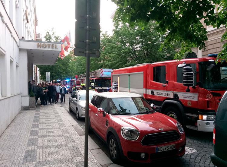 90 постояльцев пражского отеля были эвакуированы из-за загоревшейся стиральной машины. Эвакуация отеля в Праге. Фото из твиттера пражской пожарной охраны  5 мая 2019 года