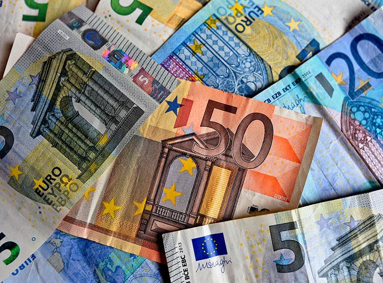 Жители Чехии все меньше поддерживают идею перехода на евро. Поддержка перехода на евро в Чехии снижается. Изображение Mabel Amber, still incognito... с сайта Pixabay   31 мая 2019 года