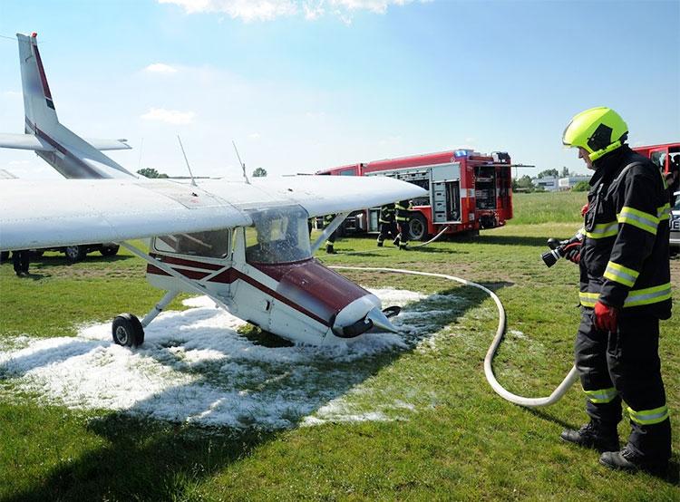В пражском районе Летняны упал легкий самолет. Самолет Cessna 15 на месте падения. Фото Leoš Kučera, Oddělení dokumentace HZS Praha  3 июня 2019 года