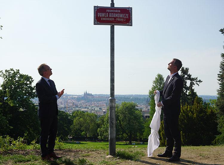 Аллее в пражском районе Винограды официально присвоено имя покойного мэра Гданьска. Мэр Праги Зденек Гржиб (справа) во время церемонии в Ригровых садах  Фото: Utro.cz  5 июня 2019 года