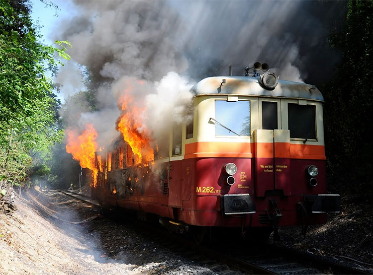 В Праге на путях загорелся поезд с 25 пассажирами, пострадавших нет. В Праге сгорел поезд. Фото HZS hl. m. Prahy/oddělení dokumentace/Jan Kostík  8 июня 2019 года