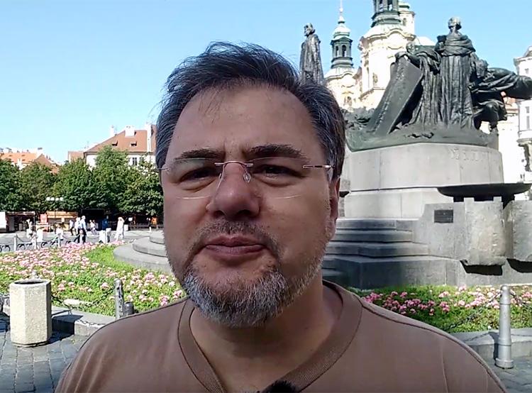 Оппозиционный украинский журналист-пацифист приехал в Прагу на вручение премии. Скриншот из ролика на YouTube-канале Руслана Коцабы о вручении премии   13 июня 2019 года