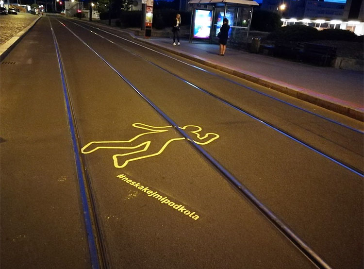 Возле остановок пражских трамваев появились пугающие изображения. Продолжение кампании «Не прыгай мне под колеса». Фото facebook.com/neskakejmipodkola  16 июля 2019 года