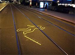 Возле остановок пражских трамваев появились пугающие изображения.  Продолжение кампании «Не прыгай мне под колеса». Фото facebook.com/neskakejmipodkola.  16 июля 2019