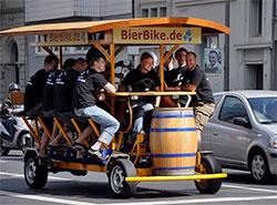 Запрет пивных велосипедов в Праге откладывается на неопределенный срок.  Пивные велосипеды в Кельне. Фото Jaimrsilva [CC BY-SA 4.0 (https://creativecommons.org/licenses/by-sa/4.0)].  26 июля 2019