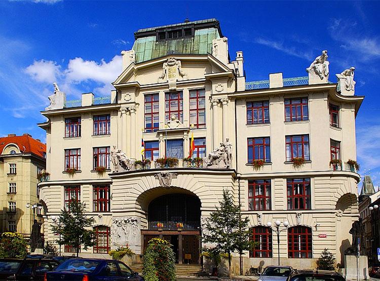 Пражская мэрия вывесит цыганский и радужный флаги. Здание Новой ратуши. Фото Stanislav Dusík [CC BY-SA 4.0 (https://creativecommons.org/licenses/by-sa/4.0)]  31 июля 2019 года