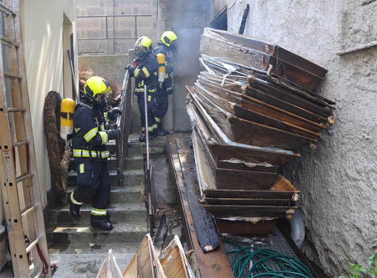 Пожар испортил гробы в пражском похоронном бюро. Фото HZS Praha, bc. Roman Půta  3 августа 2019 года