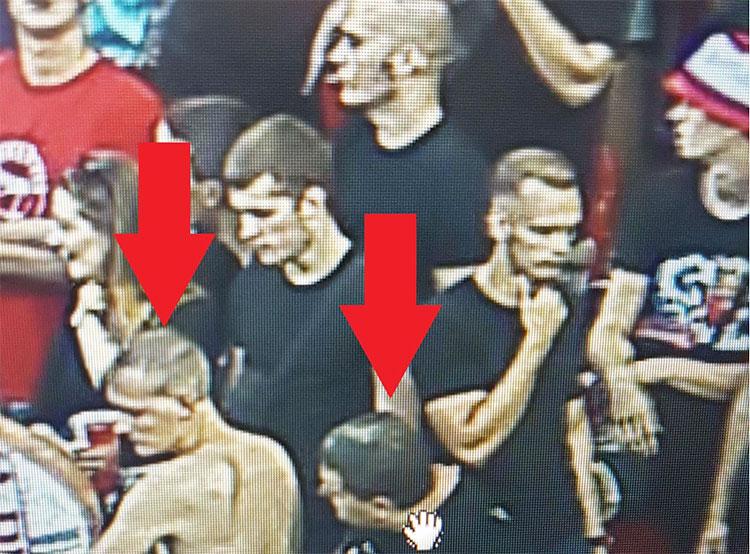 Футбольные хулиганы кинули зажженные петарды на гостевую трибуну пражского стадиона. Хулиганы на трибуне  Фото: Policie ČR  5 августа 2019 года