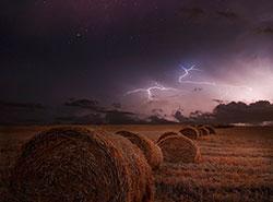 Метеорологи насчитали над Чехией 40 тысяч молний за одну ночь.  В ночь на понедельник в небе над Чехией вспыхнули десятки тысяч молний. Фото Brin Weins from Pixabay .  13 августа 2019