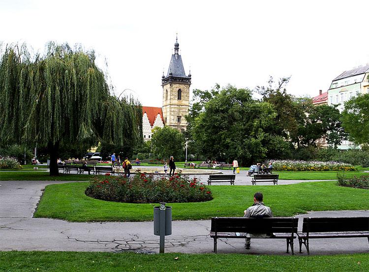Выход из станции метро «Карлова площадь» открывается после длительного ремонта . Карлова площадь в Праге. Фото Ondřej Kořínek [CC BY-SA 3.0 (https://creativecommons.org/licenses/by-sa/3.0)]  16 августа 2019 года