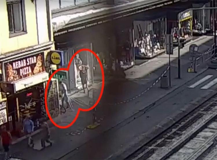 У пражских полицейских украли служебные велосипеды. Момент кражи велосипедов. Скриншлот из видео чешской полиции  3 сентября 2019 года