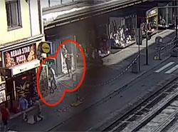 У пражских полицейских украли служебные велосипеды.  Момент кражи велосипедов. Скриншлот из видео чешской полиции.  3 сентября 2019