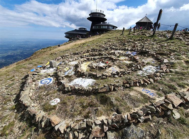 Неизвестные сложили мандалу на вершине высочайшей горы Чехии. Композиция у вершины Снежки. Фото facebook.com/milan.blaha.3956  5 сентября 2019 года