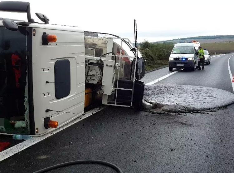 Водитель грузовика поперхнулся кофе и залил дорогу расплавленным асфальтом. Перевернувшаяся цистерна и асфальтовая лужа. Фото HZS Zlínského kraje  9 сентября 2019 года