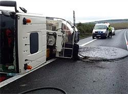 Водитель грузовика поперхнулся кофе и залил дорогу расплавленным асфальтом.  Перевернувшаяся цистерна и асфальтовая лужа. Фото HZS Zlínského kraje.  9 сентября 2019
