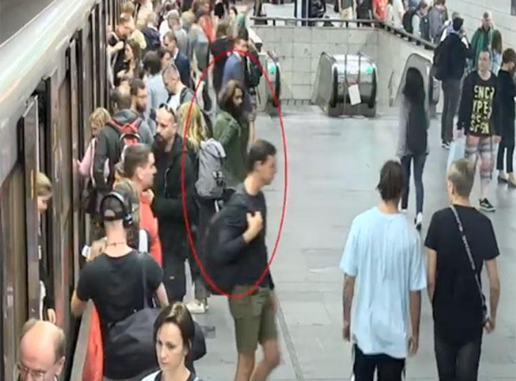 Полиция ищет «каратиста» из пражского метро. Скриншот из видео чешской полиции  26 сентября 2019 года