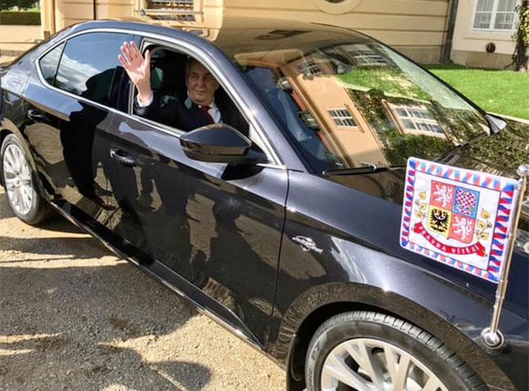 Президент Чехии получил к 75-летию новый служебный автомобиль. Милош Земан и его новый служебный автомобиль. Фото из фейсбука пресс-секретаря президента Йиржи Овчачека facebook.com/jiri.ovcacek1979  28 сентября 2019 года