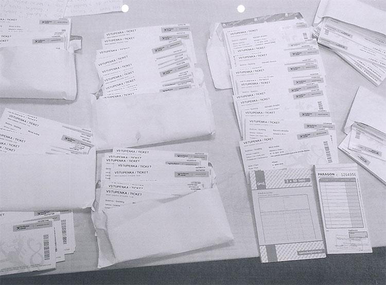В Праге нашли сумку с театральными билетами на 300 тысяч крон. Обнаруженные билеты. Фото MP Praha  30 сентября 2019