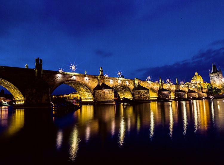 Немцы случайно разрисовали Карлов мост по пути в туалет. Карлов мост. Фото Pexels  17 октября 2019 года