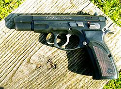 Самооборону с помощью оружия могут официально включить в список базовых прав.  Пистолет «Чизет-75».  31 октября 2019