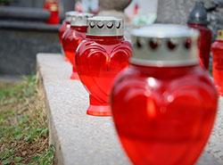 Чехи 2 ноября посещают кладбища, чтобы почтить память умерших близких.  Чехи 2 ноября массово посещают кладбища.  2 ноября 2019